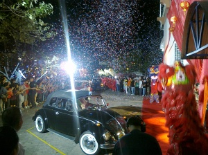 Vintage Volkswagen Beetles carry the housemates to Ninoy Aquino Stadium in the PBB Double Up's Big Night