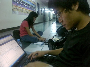 Franz dela Fuente, TNP editor in chief and Katherine Elona, TNP writer fighting the online battle on election night 2010