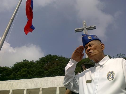 World War II veteran Francisco Manuel salutes the Philippine flag during the ceremony at Dambana ng Kagitingan in Mt. Samat, Bataan for Araw ng Kagitingan 2010. (Shot by Anjo Bagaoisan)