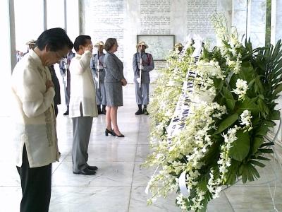 VP Noli De Castro, US Charge d'Affaires Leslie Bassett, and Japanese ambassador Makoto Katsura laying wreaths at Mount Samat Bataan on Araw ng Kagitingan 2010. (Shot by Anjo Bagaoisan)