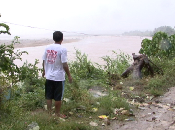 Prepping for the storm in Isabela. (Shot by Joni Teneza, ABS-CBN News Isabela)