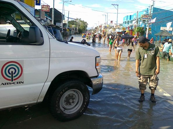 ABS-CBN ENG van setting up near flooded Calumpit Bulacan Octboer 2011. Shot by Anjo Bagaoisan