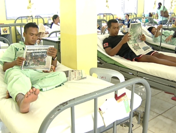 Oct 20 Wounded soldiers reading PDI shot by Gani Taoatao ABS-CBN News