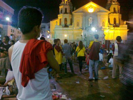 Devotees hearing mass outside Quiapo church 10 Jan 2012 (Shot by Anjo Bagaoisan)