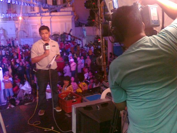 ABS-CBN News' Francis Faulve reports from Quiapo church 10 Jan 2012 (Shot by Anjo Bagaoisan)