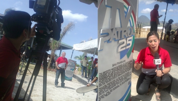 Reporters Mario Dumaual & Sol Aragones shoot their spiels at TVPatrol25 marker in Pampanga. (Shots by Anjo Bagaoisan)