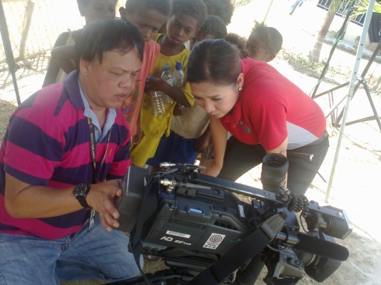 ABS-CBN reporter Sol Aragones and cameraman Bernie Mallari in Pampanga (Shot by Anjo Bagaoisan)