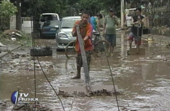 Marikina residents wading through mud brought by Ondoy in 2009. (TV Patrol / ABS-CBN News footage)