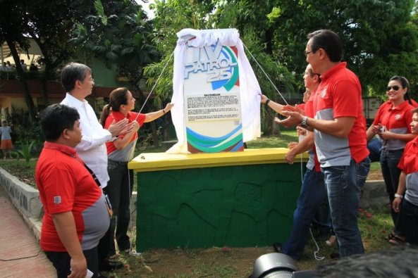TV Patrol's 2nd Balitandaan marker being unveiled in Marikina by anchors De Castro, Failon, Sanchez, TVP staff and Marikina Mayor Del De Guzman (Shot courtesy of TV Patrol online))