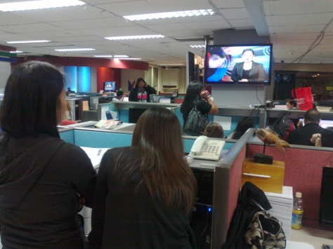 ABS-CBN Newsroom monitoring breaking news on Dolphy's death, July 10, 2012 (Shot by Anjo Bagaoisan)