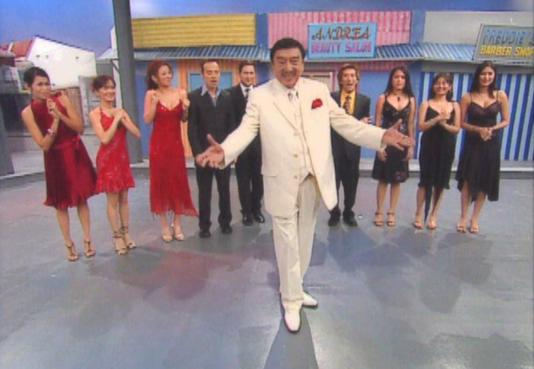 Dolphy and the cast of Quizon Avenue in 2005 (Courtesy: ABS-CBN)
