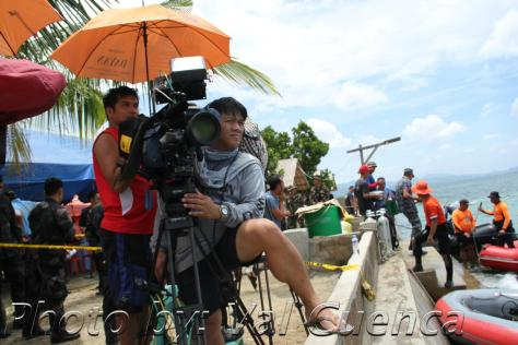 ABS-CBN cameraman Val Cuenca monitoring the coast of Masbate for Jesse Robredo's search operation (Shot c/o Val Cuenca)