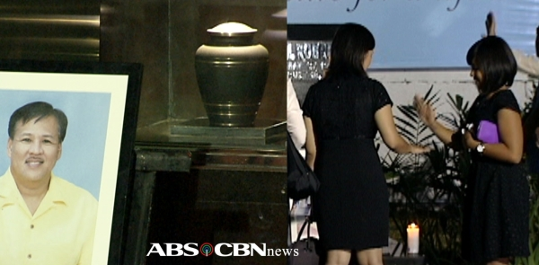 Final gaze at Jesse Robredo's urn. (Shots by Jimmy Encarnacion & Speed Hipolito, ABS-CBN News)