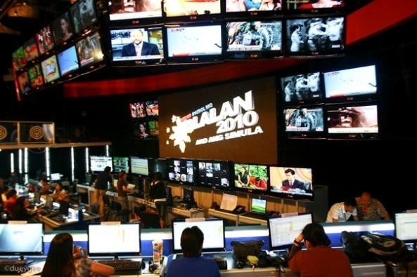 A glimpse of ABS-CBN Halalan 2010's war room (Shot by Duey Guison)