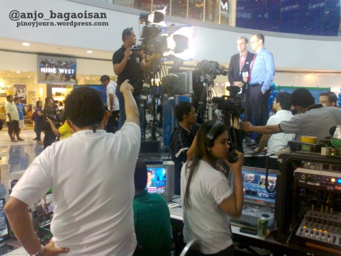 ANC anchor Coco Alcuaz interviews a guest from the US Embassy; at the foreground, ABS-CBN's live crew. (Shot by Anjo Bagaoisan)