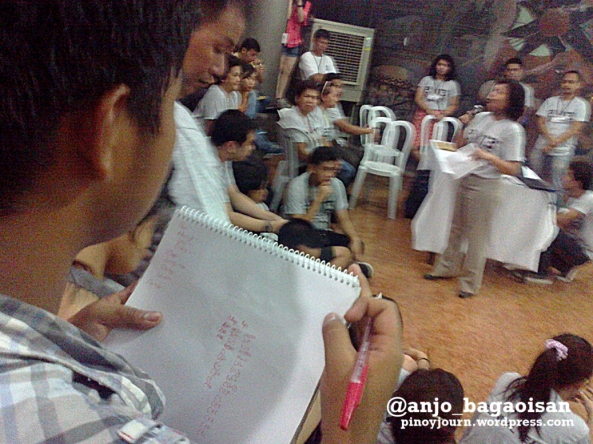 A student prepares to list down the 2013 USC winners at Vinzons Hall. (Shot by Anjo Bagaoisan)