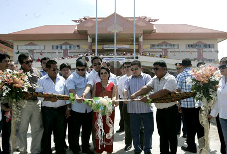 Gloria Arroyo and the Ampatuans inaugurating the Maguindanao capitol in 2009 (Best available photo from the Office of the Press Secretary, c/o Pinoy Weekly)