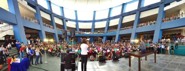 Inspirational speaker Nick Vujicic speaking to an audience at the SM Mall of Asia in Manila (Shot courtesy of Nick Vujicic, May 20, 2013)