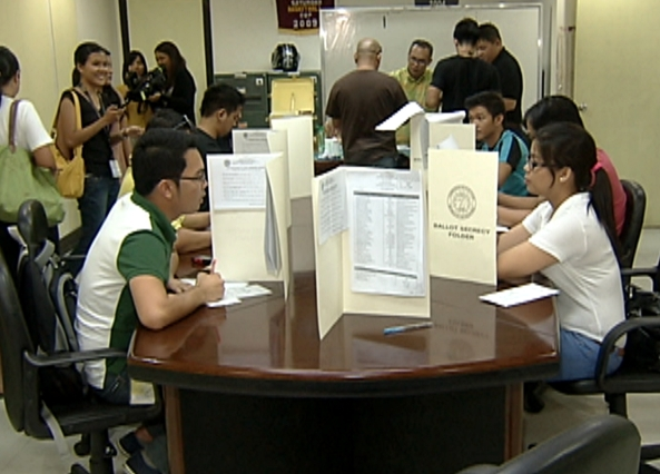 Members of Philippine media vote during the last day of the local absentee voting period, April 30, 2013 (Shot by Edgar Soberano, ABS-CBN News)