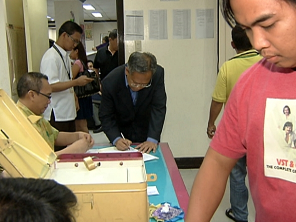 Members of Philippine media register and cast votes during the last day of the local absentee voting period, April 30, 2013 (Shot by Edgar Soberano, ABS-CBN News)