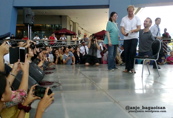 Filipinos take upclose pictures of motivational speaker Nick Vujicic during his visit to the SM Mall of Asia (Shot by Anjo Bagaoisan, May 20, 2013)