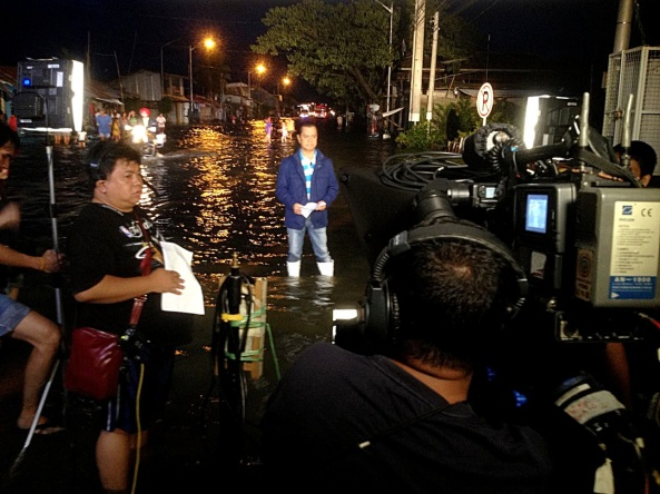 Malolos, Bulacan--Noli De Castro anchors TV Patrol from MacArthur Highway. Click to watch his report. (Shot c/o Bert Apostol)
