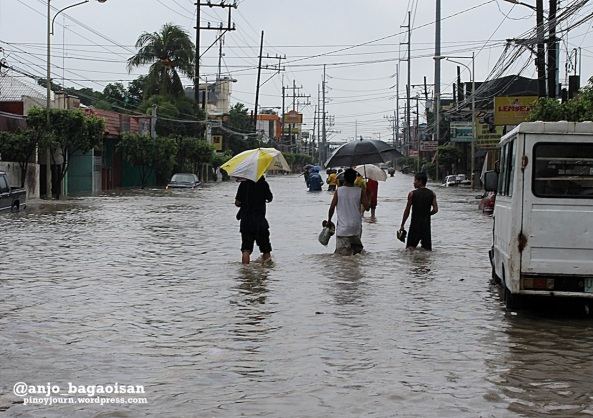 Las Piñas City - The stretch of the Alabang-Zapote road leading to Coastal is waist-deep in habagat floods. Cars are submerged. (Shot by Anjo Bagaoisan)