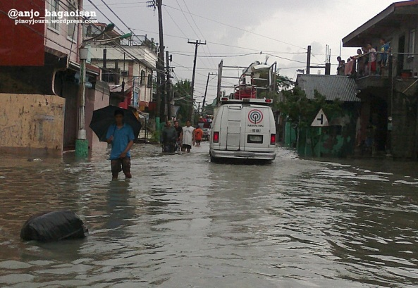 Rosario, Cavite - ABS-CBN's ENG 2 wades through the floods (Shot by Anjo Bagaoisan)