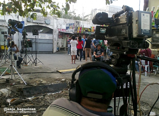 ABS-CBN cameraman Benny Ganelo on standby outside the gate of the Makati City Jail after Napoles's arrival. (Shot by Anjo Bagaoisan)