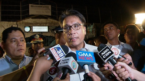 Ambush interview with DILG Sec. Mar Roxas and PNP Chief Alan Purisima outside the Makati City Jail. (Shot by Archie Torres, ABS-CBN News)