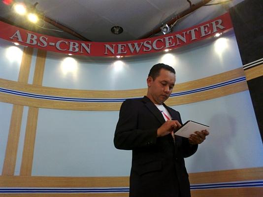TV Patrol Tacloban anchor Ranulfo Docdocan. (Shot by Anjo Bagaoisan)