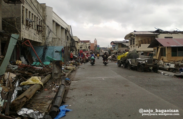 Typhoon-ravaged Esperas Avenue in Tacloban's Magallanes district. (Shot by Anjo Bagaoisan)