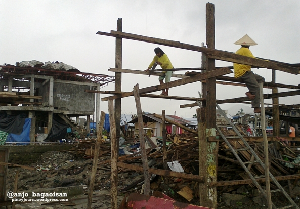 People rebuild shelters at Magallanes district in Tacloban City. (Shot by Anjo Bagaoisan)