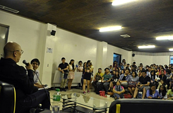 Boy Abunda speaks to packed UP College of Mass Communication auditorium. (Photo by Beata Carolino, UP Journalism Club)