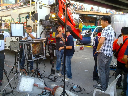 TV5 producer Ryan Soyosa with his team setting up at the MRT crash site for their newscast (Shot by Anjo Bagaoisan)
