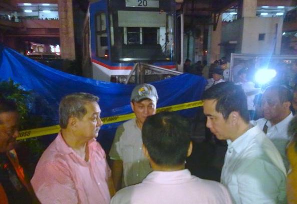 Clockwise: Pasay City Mayor Tony Calixto, MMDA Chair Francis Tolentino, DOTC Sec. Joseph Emilio Abaya, and MRT/LRT Spokesman Hernando Cabrera on his back) discuss the MRT accident. (Shot by Anjo Bagaoisan)