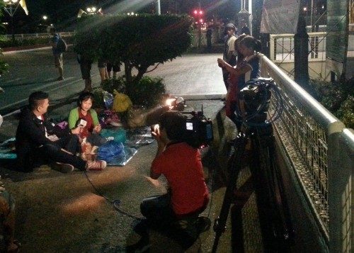 Interviewing an early comer to the papal mass in Luneta. (Courtesy of Jeck Batallones)
