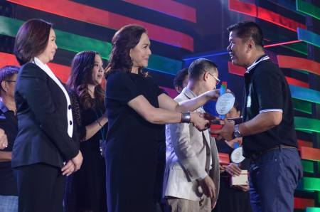 Charo congratulations one of the 25-year awardees, cameraman Rolly Marcelo. (Shot c/o ABS-CBN Corporate)