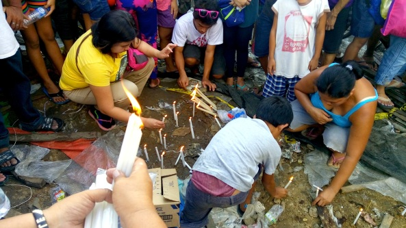 Taytay residents light candles for victims of a truck crash in Taytay, Rizal (Shot by Anjo Bagaoisan)