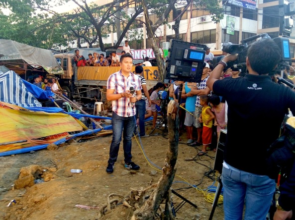 ABS-CBN's Jeck Batallones going live for TV Patrol from a market in Taytay Rizal where a truck crashed (Shot by Anjo Bagaoisan)