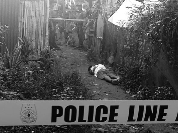 Child looks at body of suspected drug pusher killed in police buy-bust op. Binangonan, Rizal. August 3, 2016. (Shot by Anjo Bagaoisan)
