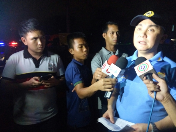 Reporter Miguel Dumaual in an interview with Manila Police station commander Ulsano. (Shot by Anjo Bagaoisan)