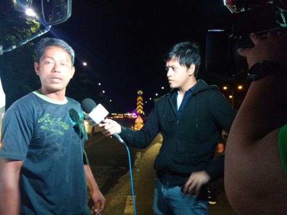 Kevin Manalo interviewing truck driver involved in vehicular accident. Philcoa, Quezon City.