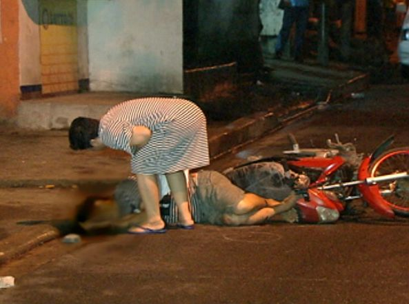 Gloria Diaz approaches the corpse of her husband Arnaldo after he was killed by unidentified motorcycle riders in Batasan Hills, Quezon City, August 24  (Shot by Melchor Platero, ABS-CBN News)