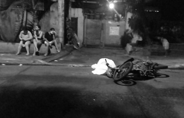 Family of father killed by unidentified gunmen waits beside his body for the arrival of police SOCO in Batasan Hills, Quezon City, August 24 (Shot by Anjo Bagaoisan)