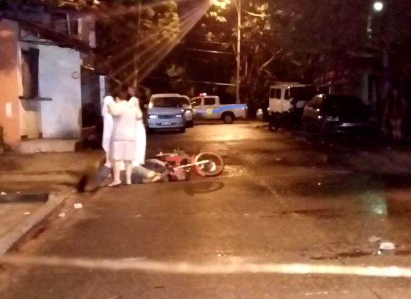 Gloria Dela Cruz covers the body of her husband Arnaldo Dela Cruz, who was shot by unidentified gunmen in Batasan Hills, Quezon City, August 24 (Shot by Anjo Bagaoisan)