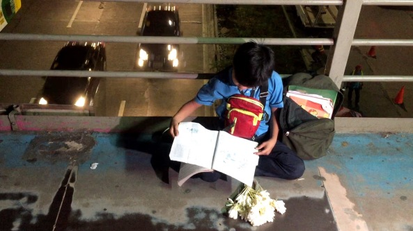Marlon Mendoza at the EDSA overpass (Shot by Anjo Bagaoisan)
