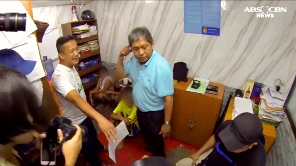 Supt. Robert Domingo tells Commission on Human Rights' Gilbert Boiser everything was alright during the CHR's surprise inspection of the Manila police station 1. (Video grab from Jun Sepe, ABS-CBN News)