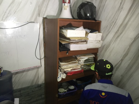 The bookshelf covering the entrance to the so-called secret jail at the Manila Police Station 1 discovered by the Commission on Human Rights on April 27, 2017. (Shot by Anjo Bagaoisan)