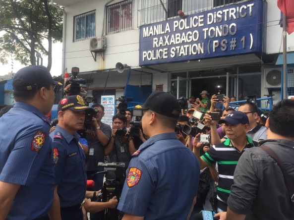 Supt Robert Domingo (right), meets PNP NCRPO chief Dir. Oscar Albayalde and Manila Police District director C/Supt. Joel Coronel outside the MPD Station 1 a day after the discovery of the secret jail cell inside (Shot by Anjo Bagaoisan)